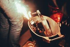 Botellas del alcohol con la llamarada en la tabla del disco de la noche fotografía de archivo