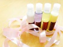 Botellas del artículo de tocador de la belleza Imagenes de archivo