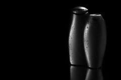 Botellas del champú y del gel con descensos del agua Imagen de archivo