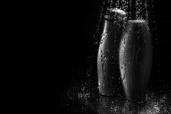 Botellas del champú y del gel en descensos descendentes del agua Imagen de archivo libre de regalías