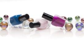 Botellas del esmalte de uñas y adorno de la Navidad Fotografía de archivo