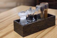 Botellas del orégano, de la pimienta, de la sal y de los chiles Imágenes de archivo libres de regalías