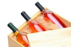 Botellas del vino blanco en embalaje de madera fotos de archivo