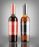 Botellas del vino blanco rojo y sobre fondo gris oscuro Foto de archivo