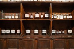 Botellas del vintage en la farmacia vieja Imagen de archivo