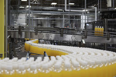 Botellas del zumo de naranja en cadena de producción Imágenes de archivo libres de regalías