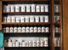 Botellas en el estante de la farmacia vieja fotos de archivo