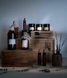 Botellas en el estante en farmacia vieja Fotos de archivo