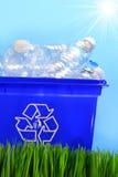 Botellas en el reciclaje del compartimiento del envase Imágenes de archivo libres de regalías