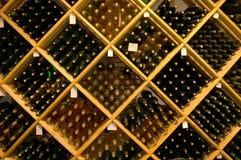 Botellas en estantes Fotos de archivo libres de regalías