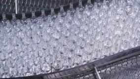 Botellas en la banda transportadora en fábrica Tecnología de fabricación de la botella en fábrica almacen de video