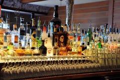 Botellas en una barra Fotos de archivo