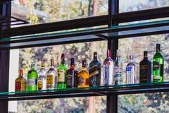 Botellas en una barra, botellas del licor de licores, licor, alcohol en un B foto de archivo libre de regalías