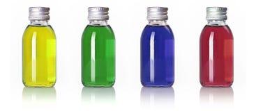 Botellas en una fila con el líquido coloreado Foto de archivo libre de regalías