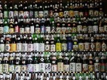 Botellas japonesas del motivo (Tokio, Japón - 23 de octubre de 2016) imagen de archivo libre de regalías