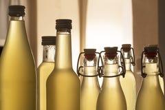 Botellas llenadas del jarabe del elderflower foto de archivo