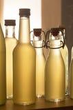Botellas llenadas del jarabe del elderflower imagen de archivo libre de regalías