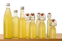 Botellas llenadas del jarabe del elderflower fotos de archivo libres de regalías