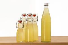 Botellas llenadas del jarabe del elderflower foto de archivo libre de regalías
