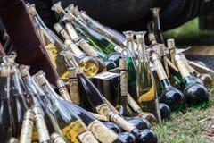 Botellas multicoloras y diversas de alcohol en la comida f de la calle imágenes de archivo libres de regalías