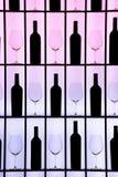 Botellas negras y vidrios cristalinos fotografía de archivo libre de regalías