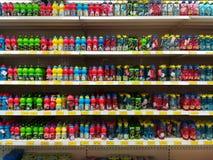Botellas plásticas coloreadas para las ventas en la tienda enorme imagen de archivo libre de regalías