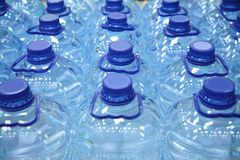 Botellas plásticas de agua Fotografía de archivo