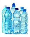 Botellas plásticas de agua mineral aisladas en blanco Imagen de archivo