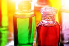 Botellas plásticas de champú, de jabón líquido o de loción para viajar imagenes de archivo