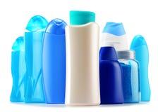 Botellas plásticas de productos del cuidado y de belleza del cuerpo sobre blanco Imagen de archivo libre de regalías