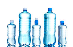 Botellas plásticas del grupo de agua Fotografía de archivo libre de regalías