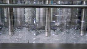 Botellas plásticas llenadas del agua potable en línea de correa automática en la empresa de la planta almacen de metraje de vídeo