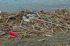 Botellas plásticas que un río trae en el mar Mediterráneo Italia, septiembre de 2016 Foto de archivo libre de regalías