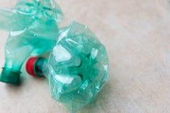 Botellas plásticas verdes vacías Imagen de archivo