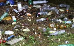 Botellas plásticas y otros desperdicios en el río contaminado foto de archivo