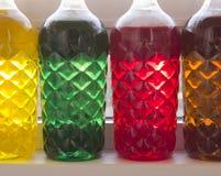 Botellas pl?sticas coloreadas foto de archivo