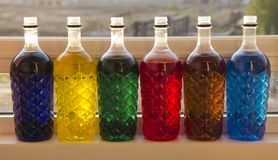 Botellas pl?sticas coloreadas fotos de archivo
