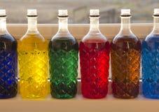 Botellas pl?sticas coloreadas imagenes de archivo