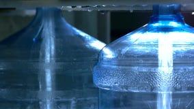 Botellas que son llenadas de agua almacen de metraje de vídeo