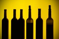 Botellas retroiluminadas detrás de una barra Fotos de archivo libres de regalías