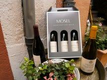 Botellas rojas y blancas de vino Fotografía de archivo