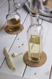 Botellas transparentes con aceite y vinagre foto de archivo
