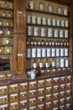 Botellas vacías en farmacia vieja Foto de archivo