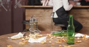 Botellas vacías en una tabla sucia del restaurante después de que los clientes se fueran almacen de metraje de vídeo