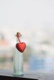 Botellas vacías y corazón rojo Imagen de archivo libre de regalías