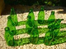 10 botellas verdes Imagen de archivo libre de regalías