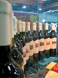 Botellas verdes con el vino, diversidad de cristal, Imágenes de archivo libres de regalías