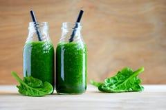 Botellas verdes del smoothie fotografía de archivo