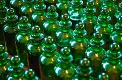 Botellas verdes en filas Imagenes de archivo