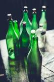 Botellas verdes vacías Fotos de archivo libres de regalías